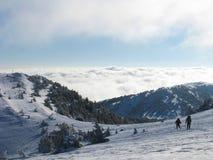远足在山的冬天 免版税库存图片