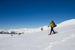远足在山的冬天 库存图片