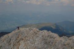 远足在山的山顶 图库摄影