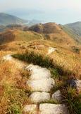 远足在山的道路 库存图片
