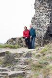 远足在岩石地形的愉快的资深夫妇 图库摄影