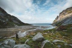 远足在布内斯沙滩的印象有对布内斯Fjorden的看法罗弗敦群岛海岛的在一天空蔚蓝的挪威与云彩 库存图片