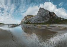 远足在布内斯沙滩的印象有对布内斯Fjorden的看法罗弗敦群岛海岛的在一天空蔚蓝的挪威与云彩 免版税库存照片