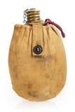 远足在帆布便携包的老军事战士烧瓶 库存照片