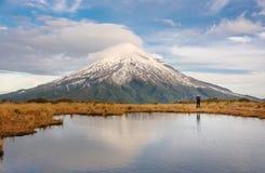 远足在庄严Mt Taranaki,艾格蒙特国家公园,新西兰 图库摄影