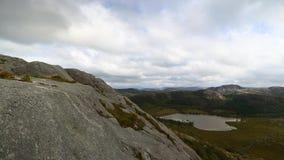 远足在挪威的山 股票录像