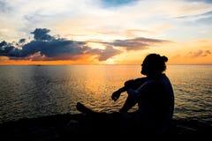 远足在日落的场面剪影 库存图片