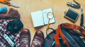 远足在木背景的辅助部件,顶视图 旅行冒险发现假期概念 库存图片