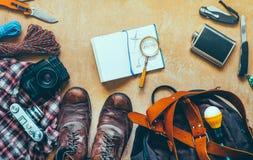 远足在木表上的旅行辅助部件,顶视图 旅行冒险发现假期概念 免版税图库摄影