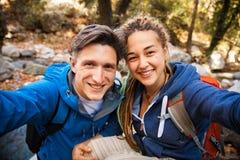远足在森林里的夫妇 免版税图库摄影
