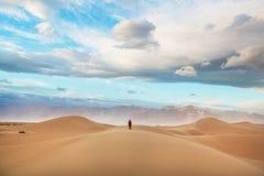 远足在沙子沙漠 库存照片