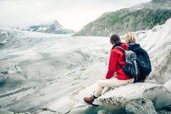 远足在瑞士阿尔卑斯的年轻夫妇,休假 库存照片