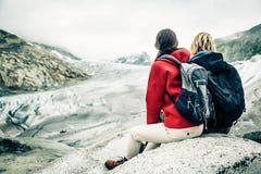 远足在瑞士阿尔卑斯的年轻夫妇,休假 免版税库存照片
