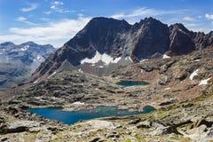 远足在瓦莱达奥斯塔,意大利 Lussert第三个湖看法从Laures col的 免版税库存图片