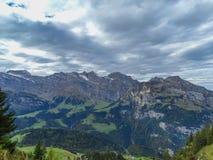 远足在登上Brunni在昂热尔贝格在瑞士阿尔卑斯 图库摄影