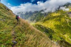 远足在美丽如画的高加索山脉在乔治亚 免版税图库摄影
