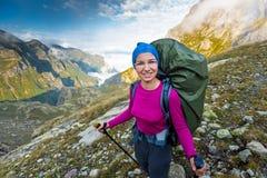 远足在美丽如画的高加索山脉在乔治亚 图库摄影