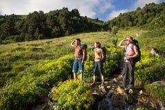 远足在美丽的山 小组远足者享受天气 库存图片