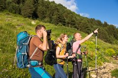 远足在美丽的山 小组远足者享受天气 免版税库存图片