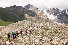 远足在美丽的山 小组远足者享受天气 图库摄影