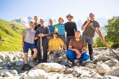 远足在美丽的山 小组远足者享受晴朗的天气 免版税库存照片