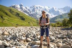 远足在美丽的山 小组远足者享受晴朗的天气 图库摄影
