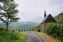 远足在莱茵河上的著名Rheinsteig的小的教堂道路上流 免版税图库摄影