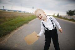 远足在路的男孩栓 免版税图库摄影