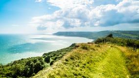 远足在金黄盖帽的路在侏罗纪海岸在英国手段地方 免版税库存照片