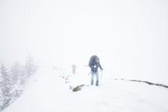 远足在阿尔卑斯的极端冬天 免版税库存照片