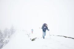 远足在阿尔卑斯的极端冬天 库存图片