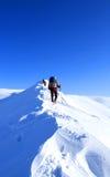 远足在雪靴的山的冬天有背包和帐篷的 库存图片