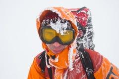 远足在雪靴的山的冬天有背包和帐篷的 图库摄影