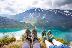 远足在Besseggen的体育夫妇 远足者在挪威享受美丽的湖和好天气 免版税库存图片