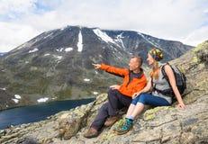远足在Besseggen的体育夫妇 远足者在挪威享受美丽的湖和好天气 库存图片
