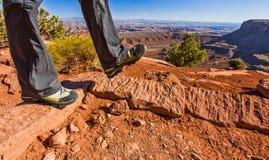 远足在Canyonlands犹他干燥沙漠地形  免版税库存图片