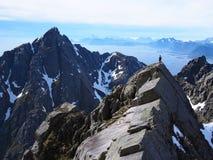 远足在Lofoten挪威山  免版税库存照片