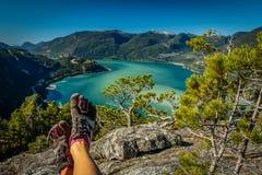 远足在Nisqually景色足迹的芒特雷尼尔 五双手指鞋子的院长, Squamish,加拿大 免版税图库摄影
