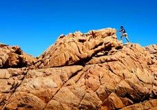 远足壮观的岩石的人 库存照片