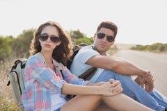 远足夫妇坐乡下路 库存图片