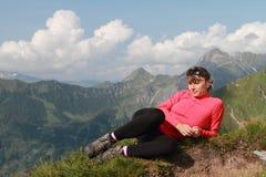 远足妇女的山 免版税库存照片