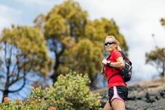 远足妇女,在夏天山的赛跑者 免版税库存照片