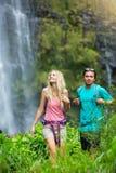 远足对瀑布的夫妇 库存照片