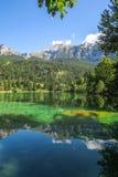 远足对Crestasee在Obersaxen, Graubà ¼ nden瑞士 免版税库存图片