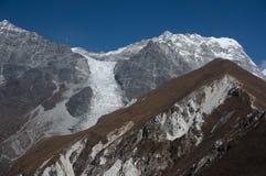 远足对Kyangjin Ri山顶 对Langtang范围的看法和更加玻璃状 库存图片