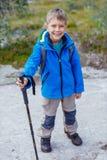 远足山的男孩 免版税库存照片