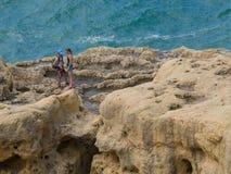 远足峭壁的夫妇 免版税库存图片