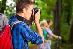 远足拍照片的摄影师 免版税库存图片