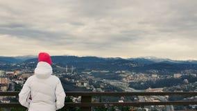 远足旅行游览的妇女在假日期间巡航 站立在监视的女孩看观点 股票视频