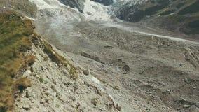 远足旅行的小组山边缘寄生虫视图 攀登山 股票视频